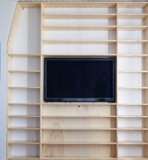 agencement d'une bibliothèque sur mesure dans le renfoncement d'un mur