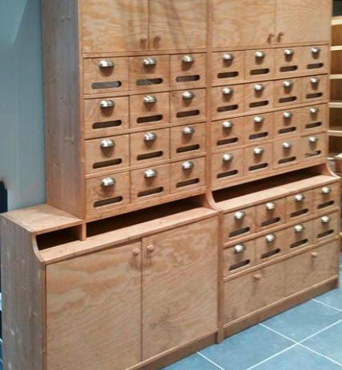 meuble en bois avec des tiroirs à épices